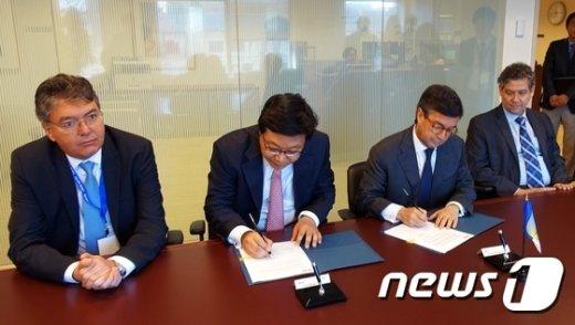 [사진]주형환 차관, IDB 총재선거 서명식