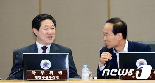 [사진]대화나누는 유기준-윤성규
