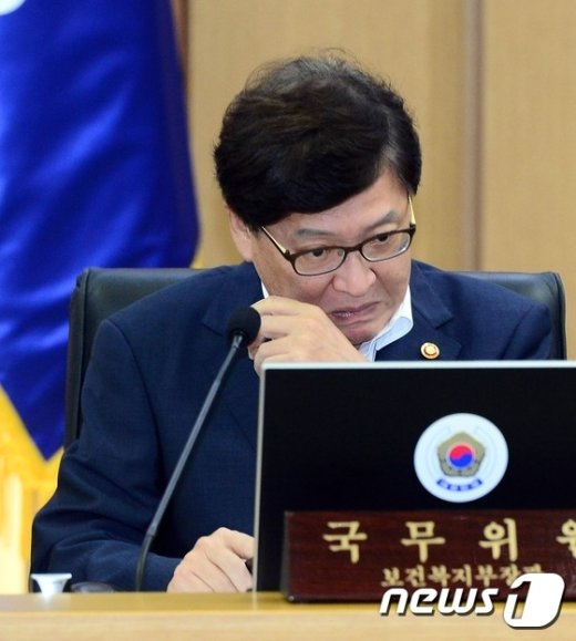 [사진]세종청사 국무회의 첫 참석하는 정진엽 장관