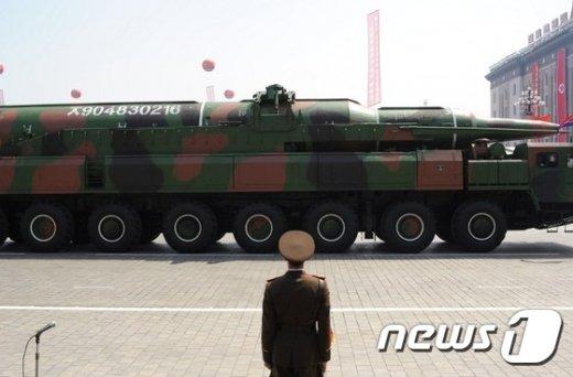 대포동 미사일로 추정되는 북한의 미사일과 발사대.© AFP=뉴스1