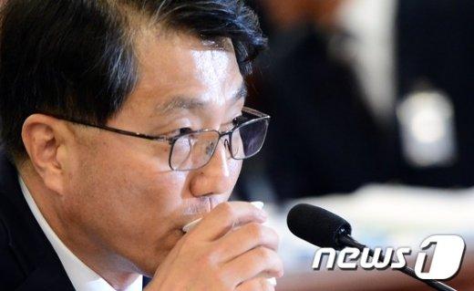 [사진]물 마시는 진웅섭 금감원장