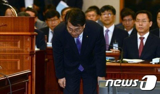 [사진]인사하는 진웅섭 금감원장