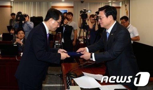 [사진]선서문 제출하는 진웅섭 금감원장