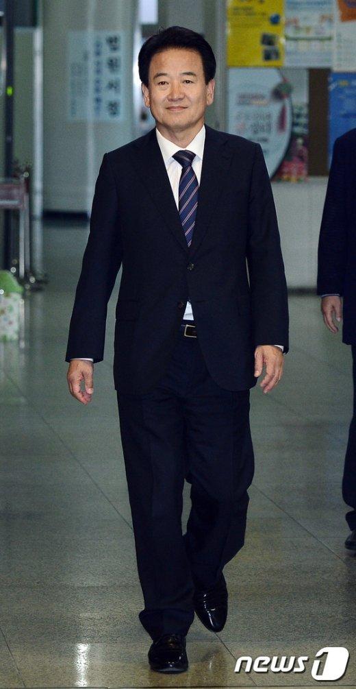 [사진]미소 보이며 출석하는 정동영 전의원