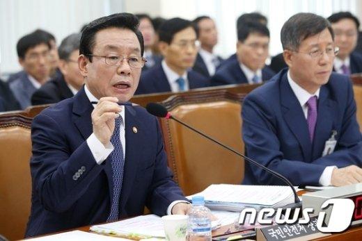 [사진]안행위 국감 답변하는 박인용 장관