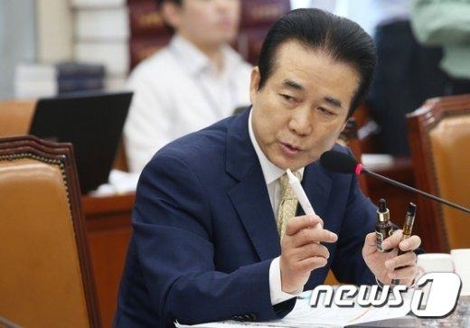 [사진]전자담배 들고 질의하는 나성린 의원