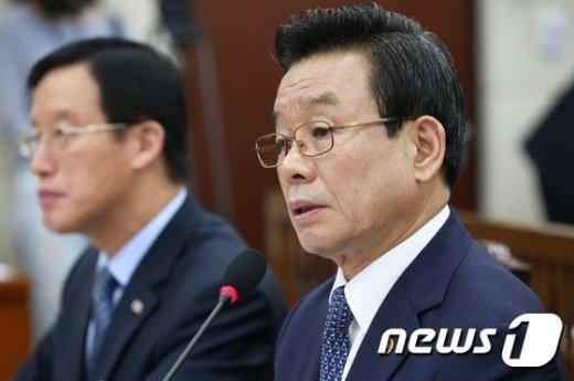 [사진]국감 답변하는 박인용 장관