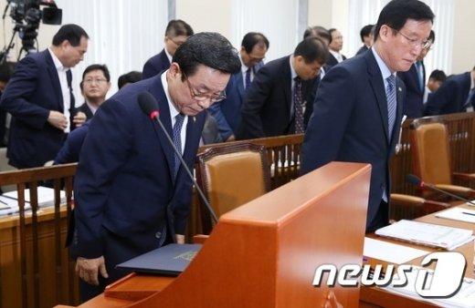 [사진]고개숙여 인사하는 박인용 장관