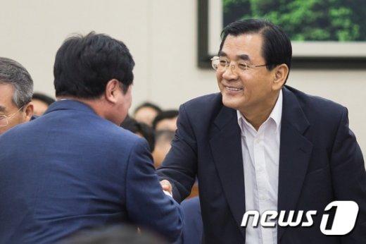 [사진]의원들과 인사하는 김대환 위원장