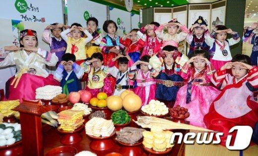 [사진]추석 차례상에 큰절하는 어린이들