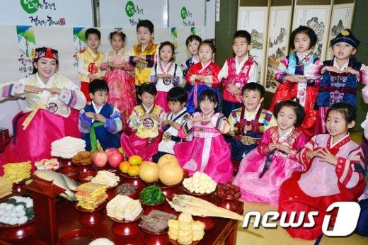 [사진]예쁜 한복 차려입고 절하는 어린이들