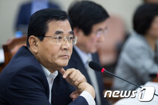 [사진]질의 경청하는 김대환 위원장
