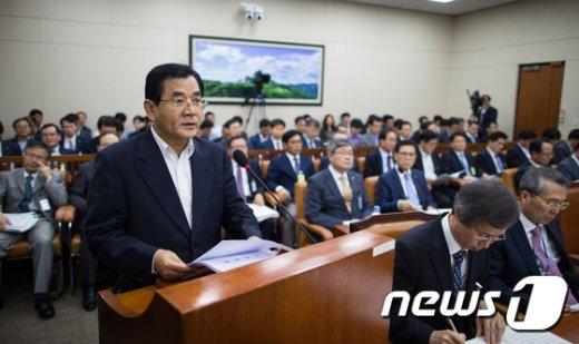 [사진]김대환 노사정위원장 국감 인사