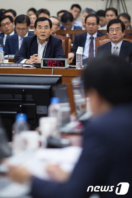 [사진]답변하는 김대환 경제사회발전노사정위원장