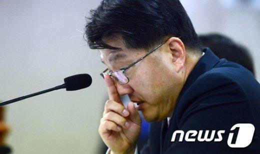 [사진]굳은 표정의 진웅섭 금감원장