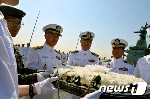 [사진]헌화하는 해군 장병들