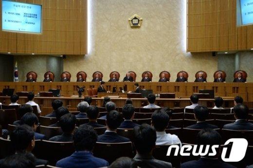 양승태 대법원장과 대법관들이 전원합의체 선고를 위해 서울 서초동 대법원 대법정에 자리하고 있다. /뉴스1 © News1 정회성 기자