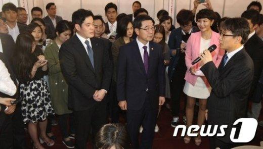 [사진]신세계그룹 파트너사 채용박람회 찾은 이기권 장관