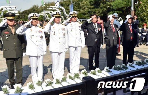 [사진]거수경례하는 참석자들