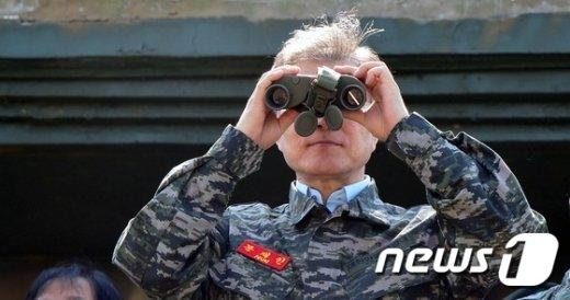 [사진]망원경으로 북한 바라보는 문재인