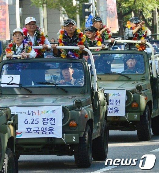[사진]거리 퍼레이드 펼치는 참전용사들