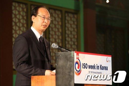 [사진]축사하는 장 샤오강 ISO 회장