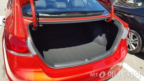 신형 아반떼 디젤의 트렁크./사진=양영권 기자