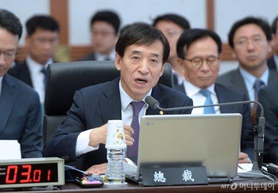 이주열 한국은행 총재가 지난 17일 국정감사에서 의원들의 질의에 답변하고 있다. /사진제공=뉴스1