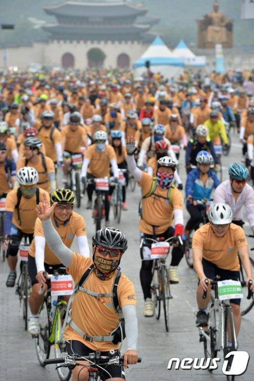 [사진]자전거 타고 달리는 도심 '기분 좋아요'