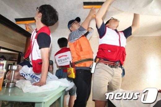 [사진]희망브리지, 주거환경 개선 시급한 가구 대상 도배·장판 집수리 봉사