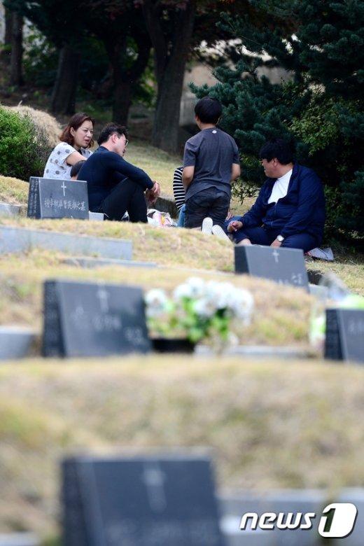 [사진]추석 앞두고 벌초와 성묘 나선 가족'
