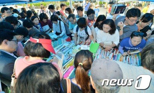 [사진]'책보다 사람이 많네'