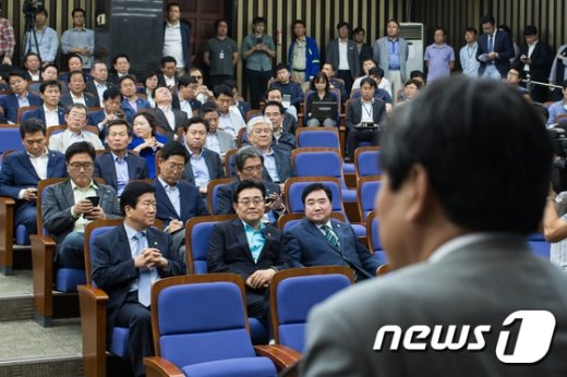 [사진]새정치민주연합 '당대표 재신임 어쩌나'