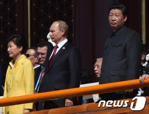 중국 정부의 '항일(抗日)전쟁·반(反) 파시스트 전쟁승리 70주년' 기념 열병식(군사 퍼레이드)이 지난 3일 3일(현지시간) 오전 10시 거행된 가운데 시진핑 중국 국가주석(우측 1번째)과 내외빈 박근혜 대통령(좌측 1번째), 블라디미르 푸틴 러시아 대통령(가운데)이 텐안먼 광장이 내려다보이는 성루에서 행사를 지켜보고 있다. © AFP=뉴스1 © News1 최종일 기자