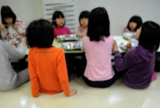 서울 한 아동복지센터에서 식사 중안 유·소아들./© News1