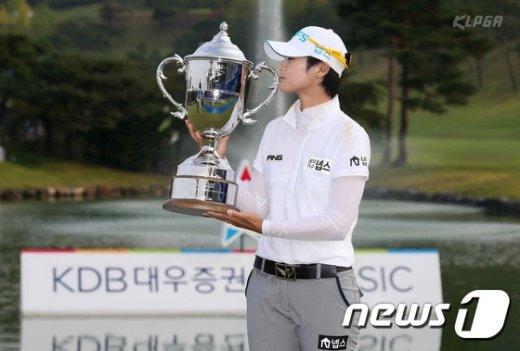 [사진]박성현, 우승트로피에 입맞춤