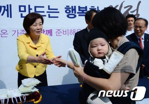 [사진]아기 엄마와 인사하는 김희정 장관