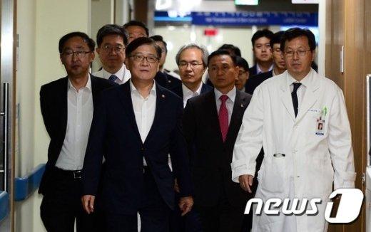 [사진]추석 앞두고 응급센터 찾아간 정진엽 장관