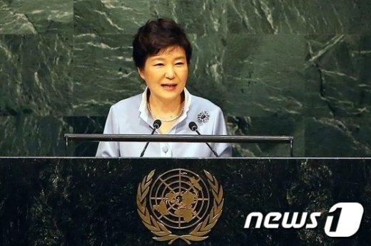박근혜 대통령이 26일(현지시간) 미국 뉴욕 유엔본부에서 열린 유엔개발정상회의에 참석, 기조연설을 하고 있다.(청와대)2015.9.27/뉴스1 © News1 이광호 기자