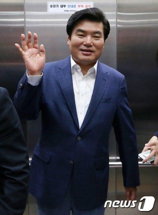 [사진]손 흔드는 원유철