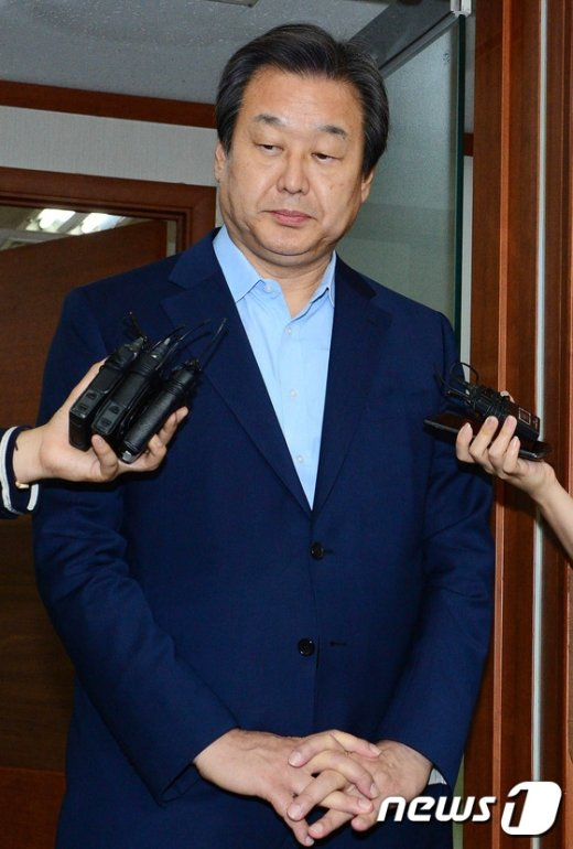 [사진]굳은 표정의 김무성 대표