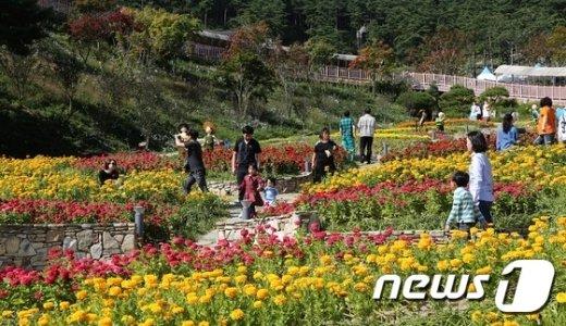 [사진]추석연휴 마지막 날 산청 동의보감촌서 찾은 관광객들