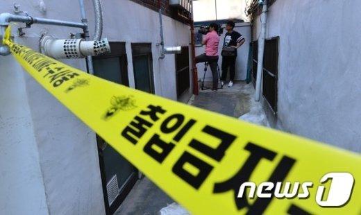 9월24일 살인사건이 일어난 서울 노원구의 한 가정집에 폴리스라인이 설치됐다. 2015.9.24/뉴스1 © News1 손형주 기자