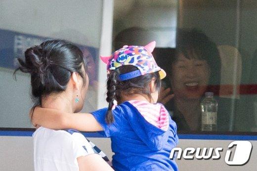[사진]역귀경하는 어르신 '손녀딸 배웅에 활짝'