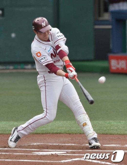 [사진]넥센 유한준, '이건 홈런이다'