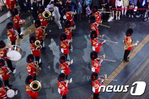 [사진]절도 있는 영국 근위병 군악대