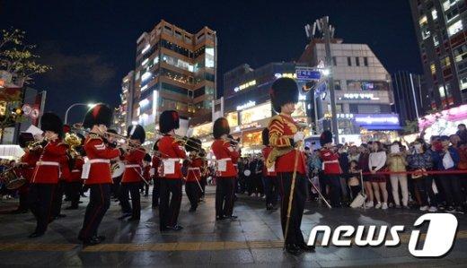 [사진]영국 근위병 군악대 '절도 있는 축하공연'