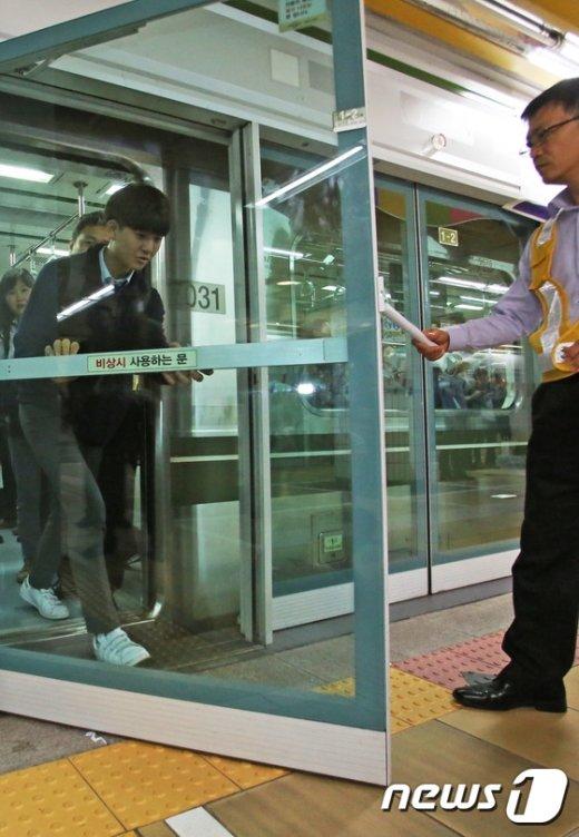 [사진]갑자기 멈춘 지하철... 하차에 걸리는 시간은?