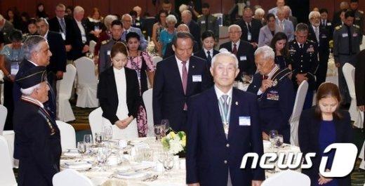 [사진]참전용사들과 묵념하는 박승춘 처장