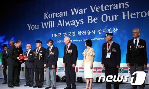 [사진]기념품 전달받는 각 국 참전용사들